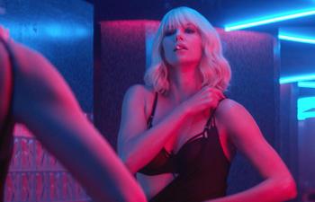 Une bande-annonce sexy en français pour le suspense Blonde atomique