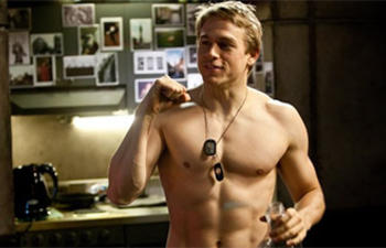 Charlie Hunnam obtient le premier rôle dans le film Fifty Shades Of Grey